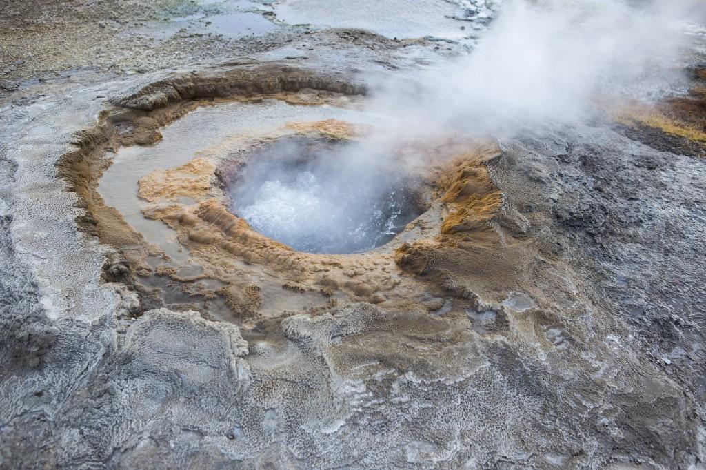 Bilde fra Island - boblende vann i geysirer