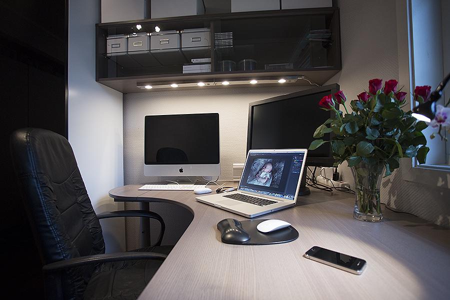 Slik ble mitt nye kontor, et skap, en overhylle, et skrivebord.